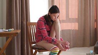 Pulchritudinous teen Ariel Tylor is effectuation with super juicy pussy spreading legs wide ingenuous