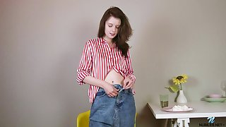 Eating B'day cake and fingering pussy make slutty Sienna feel sympathetic