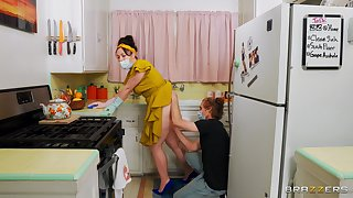 Broad in the beam ass spliced Siouxsie Q moans to the fullest extent a finally having sex in the kitchen