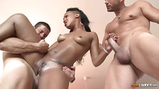 Black babe, Noe Milk is fucking two guys at the same time, like a gripe